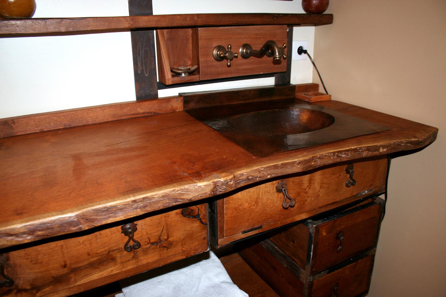 Meuble salle de bain bois exotique avec des for Salle de bain en bois exotique
