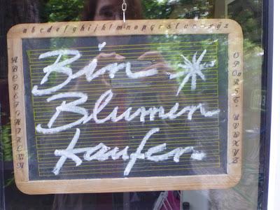 Alte Schultafel mit Text: Bin Blumen kaufen