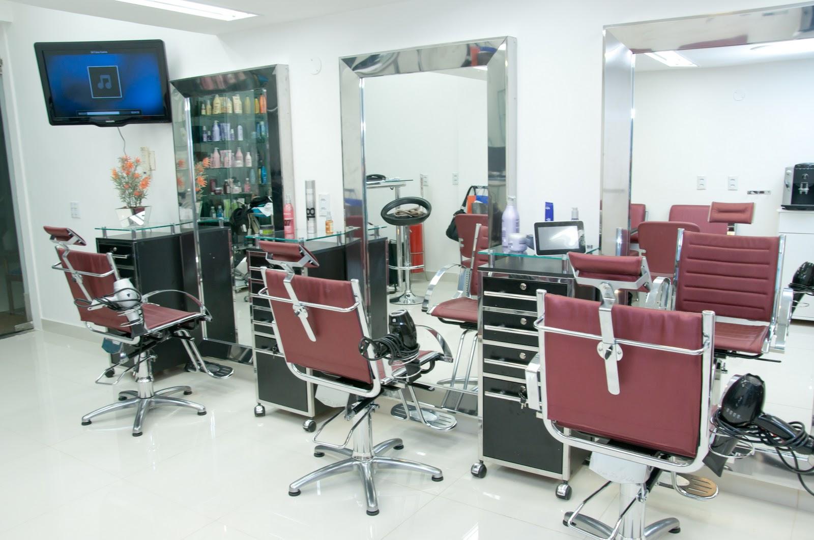 Foram escolhidos espelhos altos para as cadeiras de cabelereiro e para  #234A6E 1600x1063