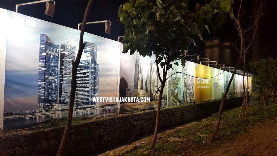 Pagar pembatas area proyek apartemen West Vista Jakarta Barat