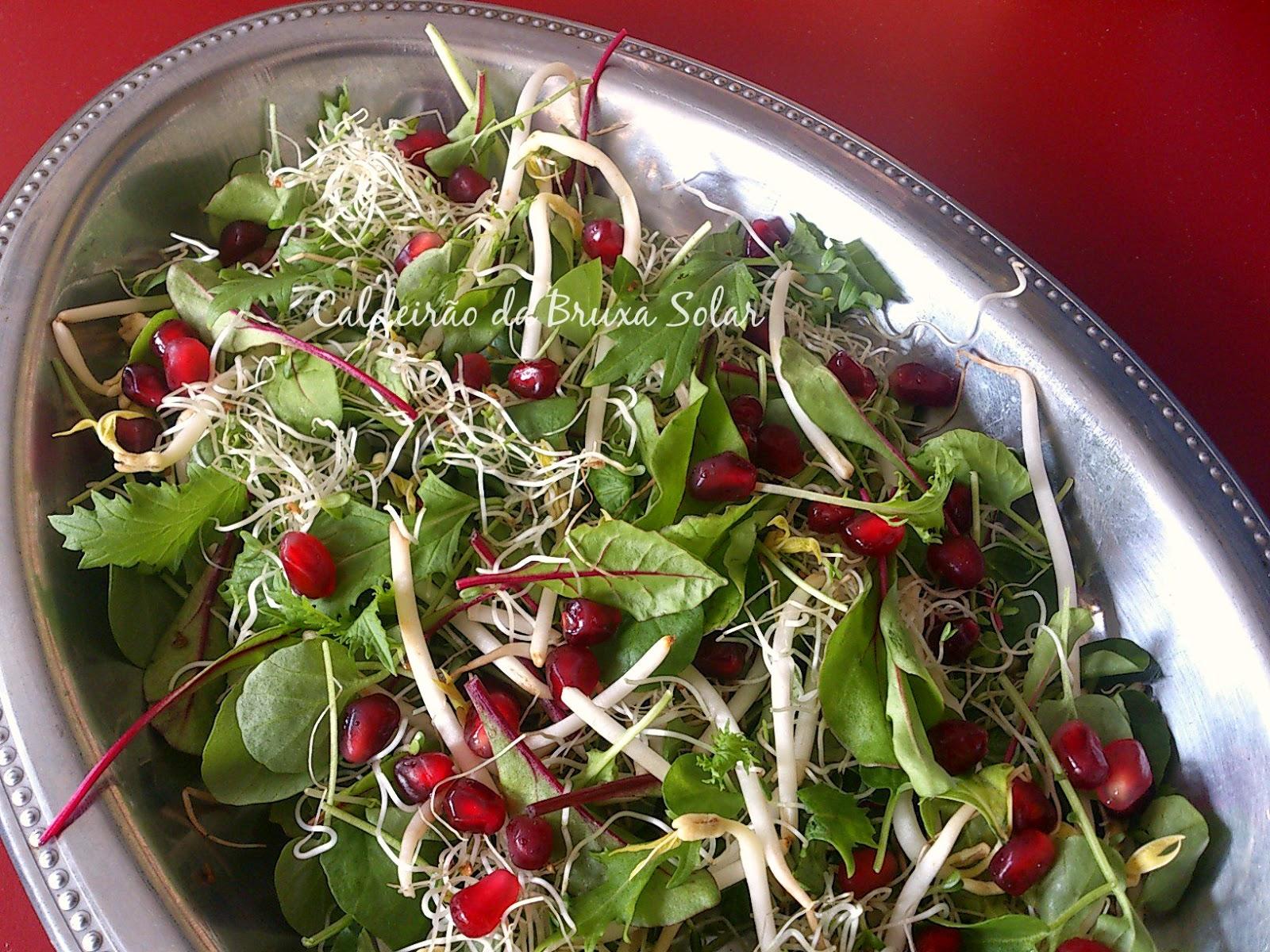 Salada de mini folhas, brotos e romã