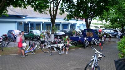 Balai pertemuan yang digunakan sebagai tempat istirahat peserta.