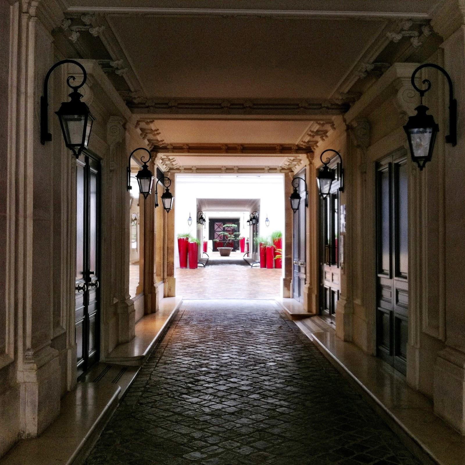 Trading museum comme des gar ons paris designoclasm for Rue des garcons