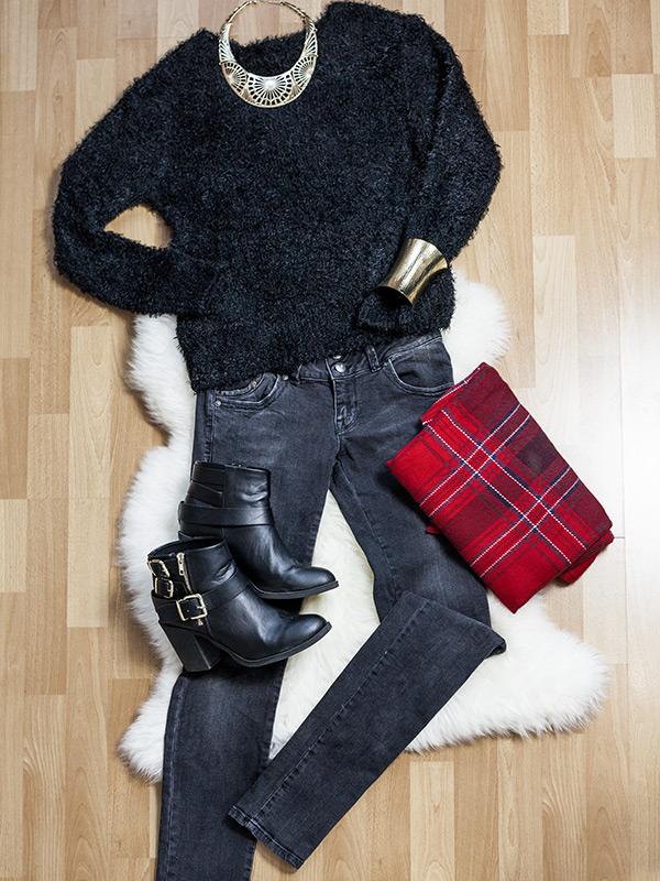 Bild Outfit Black Kuschelpullover Röhrenjeans Boots Tarzan Schal