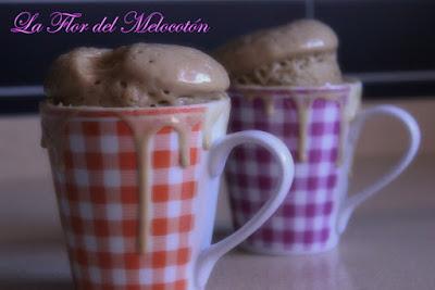 Mug cake de chocolate blanco y vainilla con gotas de chocolate negro