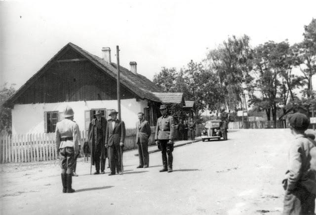 Ruda Maleniecka, prawdopodobnie jesień 1941 lub wiosna 1942 r. Eduard Fitting, obok Albrecht (?) pierwszy Landrat. Fotografia kolekcji Ryszarda Cichońskiego.