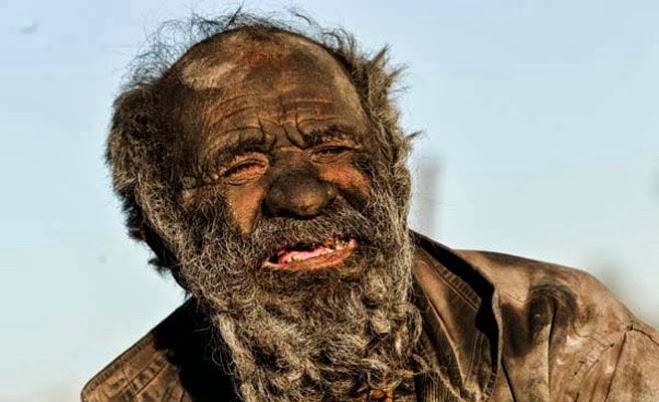 Tipo lleva 60 años sin bañarse