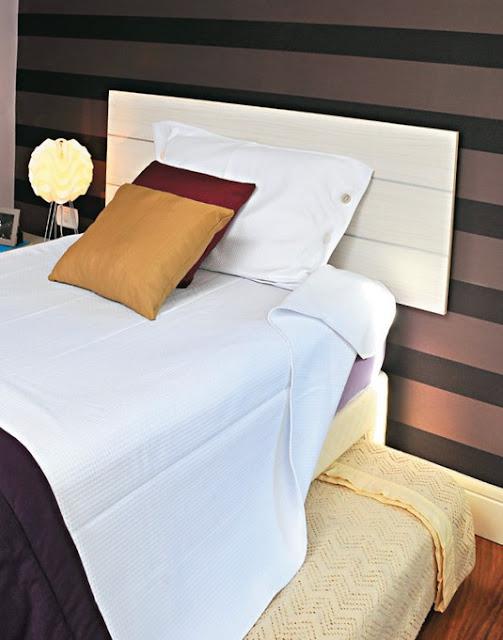 cama, luminária, papel de parede escuro, claro, quarto pequeno decorado, decorar, decoração