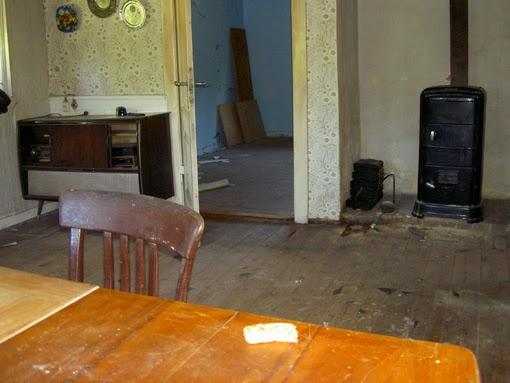 Die Kate von innen mit alten Möbeln.