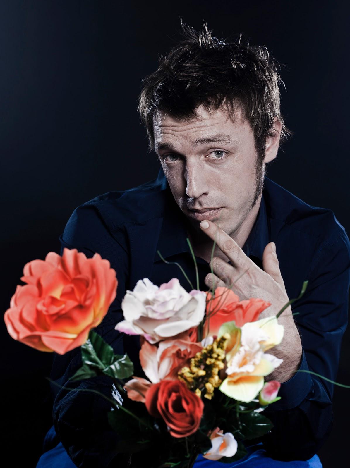 Мужик с букетом цветов фото