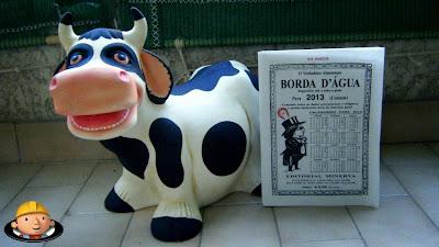 Uma vaca na varanda lê o almanaque Borda d'Água, reportório útil a toda a gente