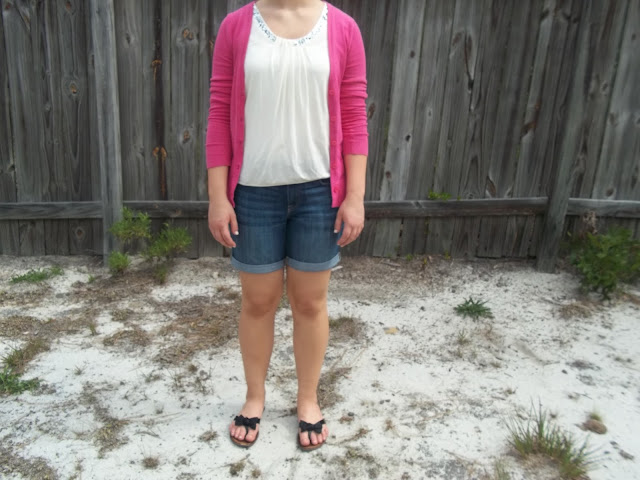 White tank, pink cardigan, boyfriend jean shorts, black sandals outifit casual