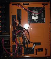 Distribución de cableado por el lateral del chasis de PC Xpredator de Aerocool. Tecnoculturas.com/José Carlos Pedrouzo Varela