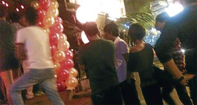 TUMPUAN...pengunjung beratur untuk memasuki kelab malam terbabit