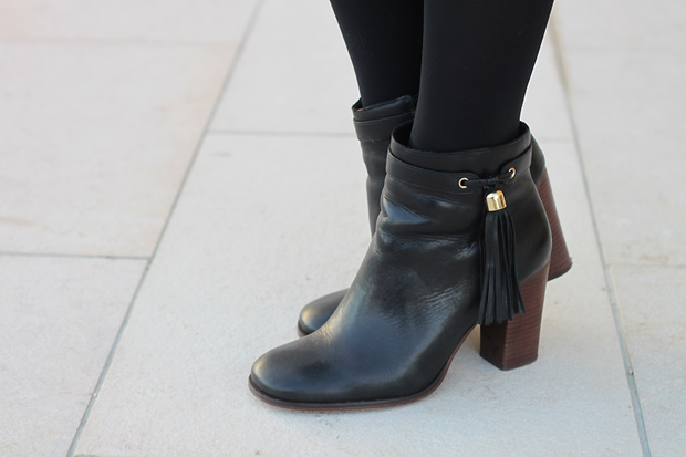 bottines apone cosmoparis noires talon pompon cuir