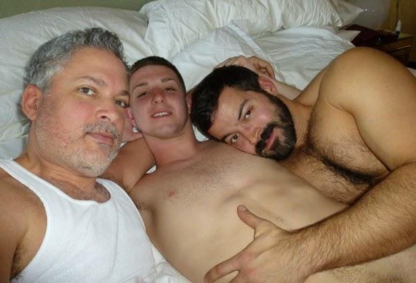 Novinho Gay Transando com Homens Mais Velhos