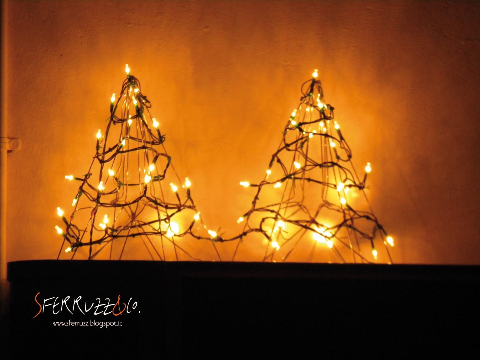 Decorazioni Luminose Natalizie : Sferruzz&co: decorazioni natalizie alberelli luminosi con le grucce