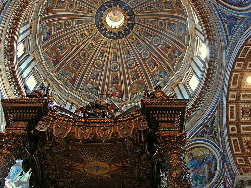 La coupole au-dessus du baldaquin à la basilique Saint-Pierre