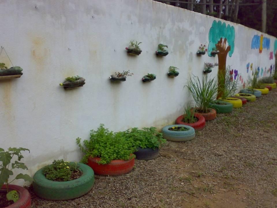horta e jardim cotia:Parede do estacionamento após pintura e aproveitamento dos pneus