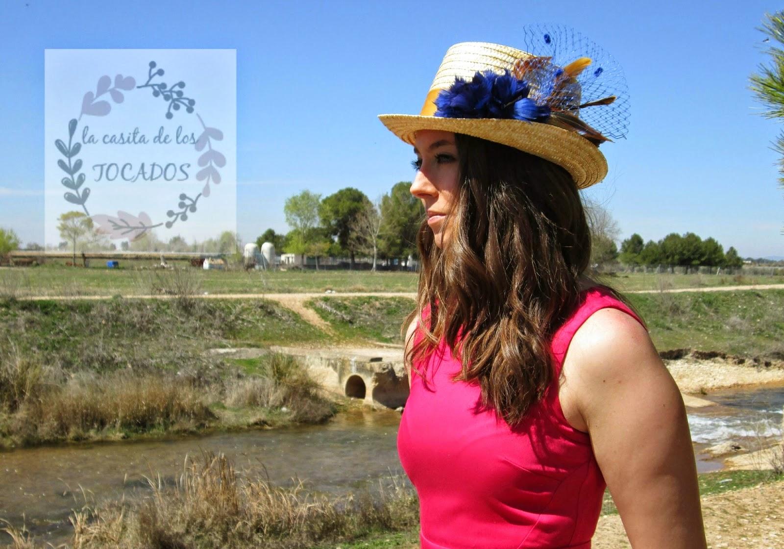 Chistera Dafne con flor de plumas en azulón combinada con vestido color fucsia