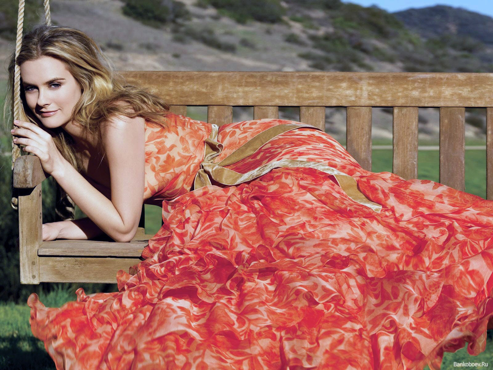 Картинки 1600x1200 девушки в коротких платьях