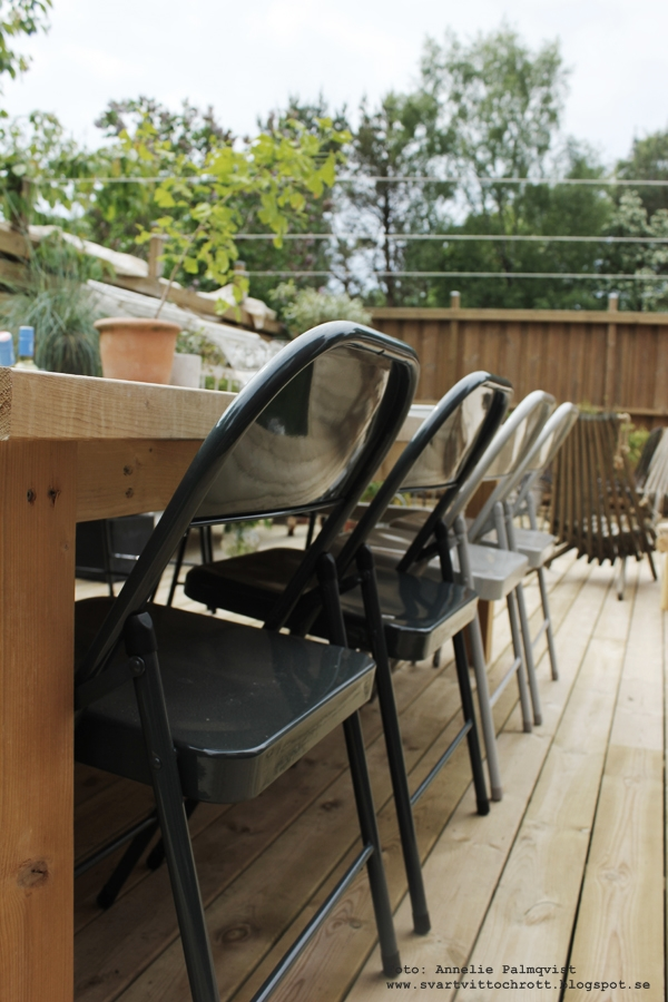 trädäck, trädäcket, patio, uteplats, uteplatsen, altan, altanen, stort bord, bygga eget bord, kvadratiskt bord, stabilt, rejält bord, stolar, fällbar stol, diy, tillverka själv,