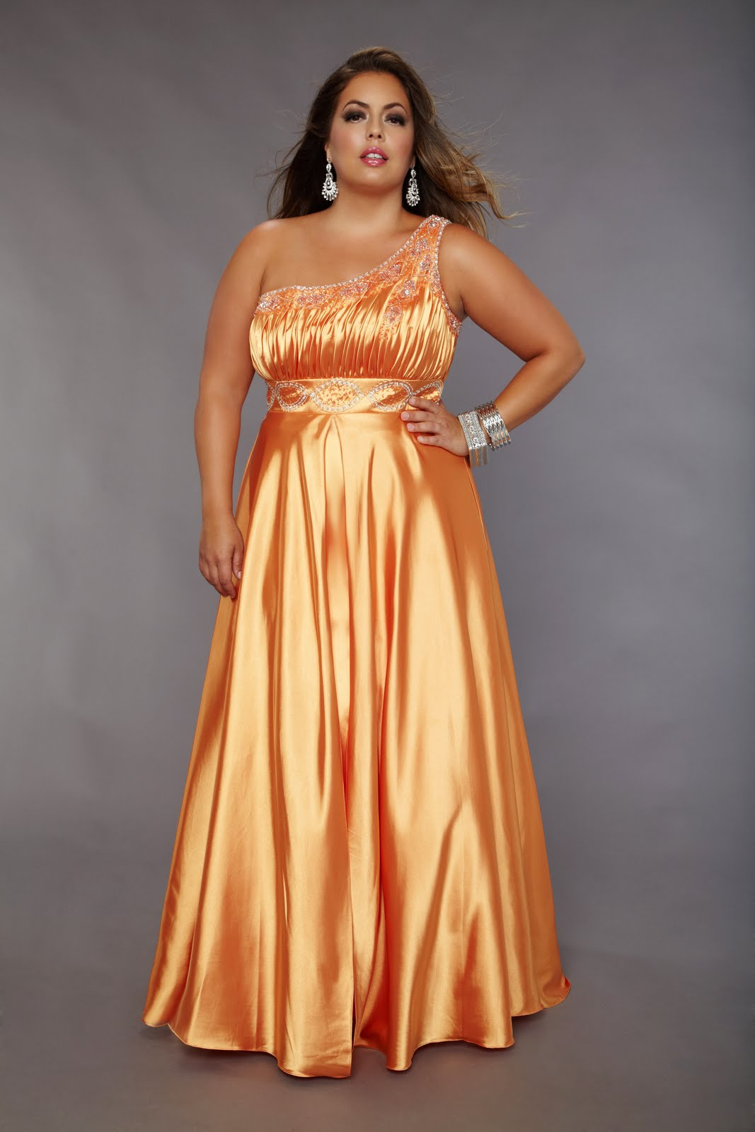 Нарядные платья для полных девушек на свадьбу