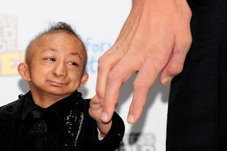 He Pingping sosteniendo una mano
