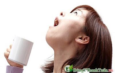 Súc miệng bằng nước muối để tránh tình trạng bà bầu bị viêm lợi