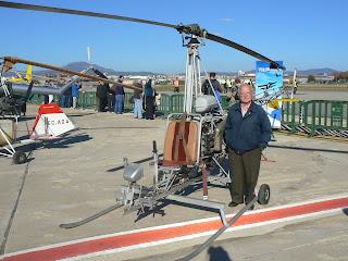 Vicenç Portolés amb el seu helicòpter dissenyat i construit per ell mateix.