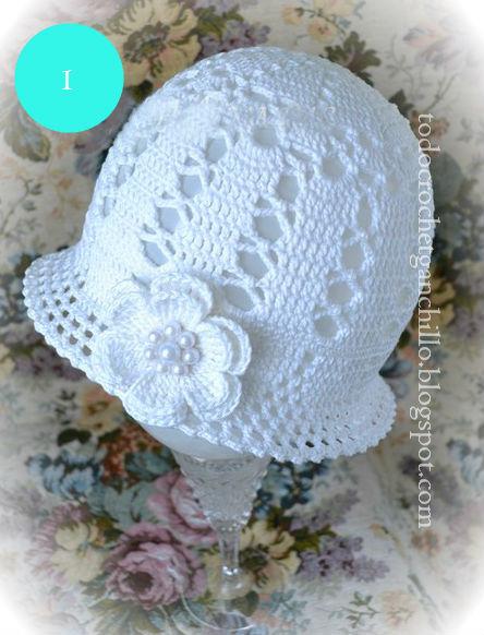 Gorro blanco para tejer con crochet con detalle de flor con perlas