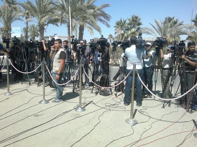 بالصور: مؤتمر للفنان محمد عساف أثناء وصوله معبر رفح