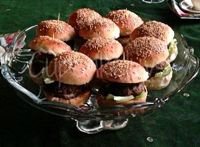 http://www.cupcakeluvs.blogspot.dk/2013/03/mini-burger.html