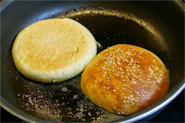 Hamburger Brötchen - Buns in der Pfanne zum Rösten