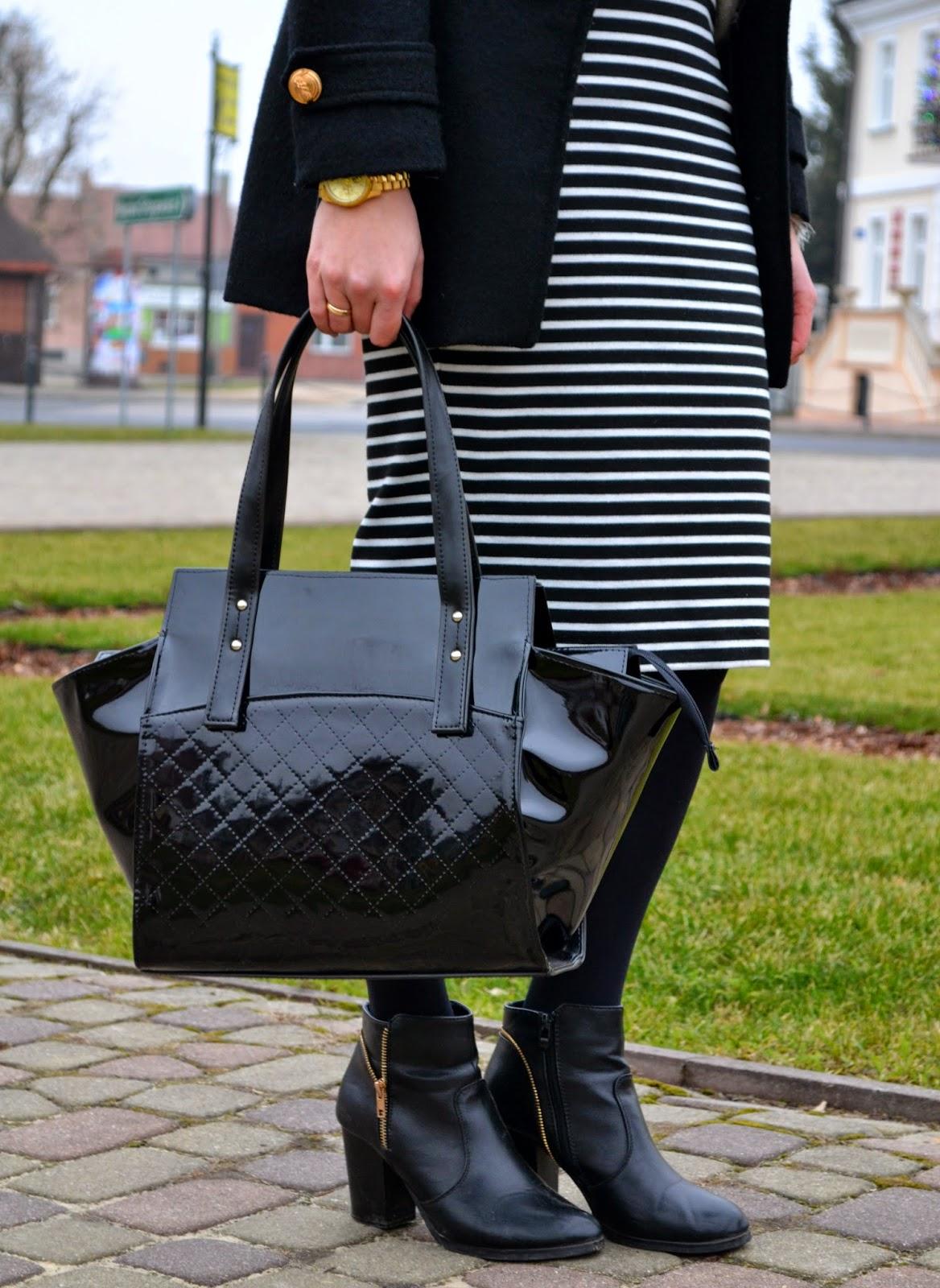 spódnica midi, spodnica w paski, lakierowana torba, czarna torebka, botki z zamkiem, stylizacja do pracy