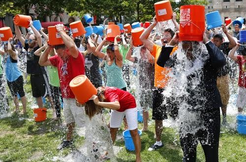 Bệnh ALS là gì? - Có khoảng 200 người ở Boston tham gia dội nước đá lên đầu
