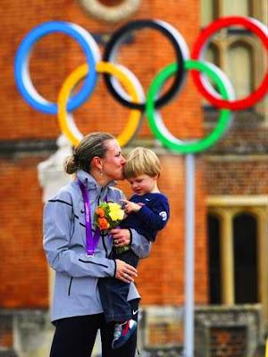 Después de ganar en la prueba de ciclismo contrarreloj, Kristin Armstrong besa a su hijo Lucas.