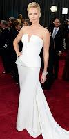Чарлийз Терон в бял пеплум с шлейф на наградите Оскар 2013