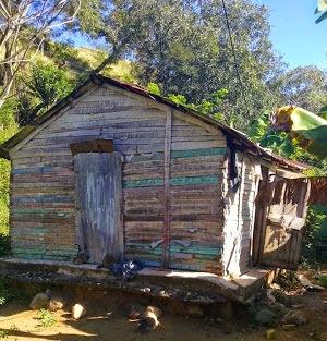 En Bohechío: Una joven madre soltera con 3 hijos pide ayuda para construir su casa