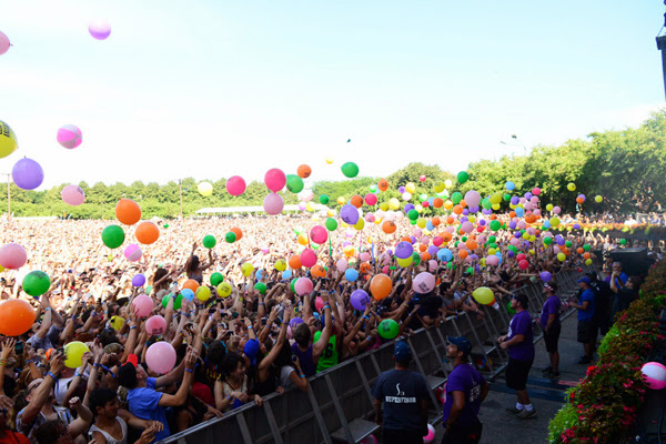Caravana Lollapalooza RJ - público vibrando com a banda no palco