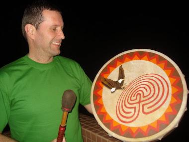 Fabrício, orgulhoso com o Labirinto em seu tambor Lakota