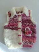 Akıllı ipten örülmüş kilit motifli el örgü bebek yelek modeli