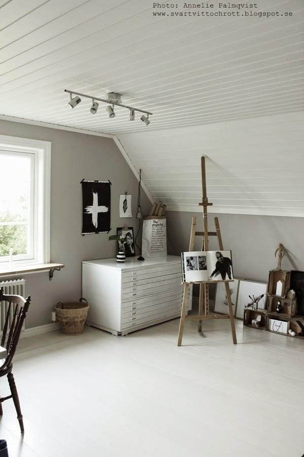ateljé, arbetsrum, vitt, grått, tavla, tavlor, canvas, korg, arkivskåp, staffli, poster, vitt golv, inredning, inspiration,