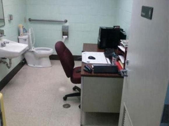 Phòng làm ngay trong nhà vệ sinh