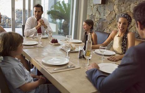 Familia en una mesa, comida familiar, cena familiar