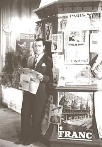 Hugo del Carril en puesto de diarios