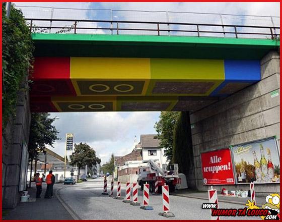 """Grafiteiro """"constrói"""" ponte de LEGO na Alemanha"""