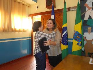 Professora Ilce entrega o plano de cargos e salário a presidente da Câmara Professora Day