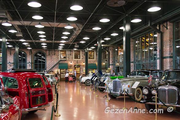 Rahmi M. Koç Müzesi'nin araba koleksiyonu ve arkada Demlik Kafe, İstanbul