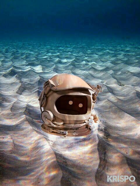 casco de astronauta con dos ojos en el fondo del mar